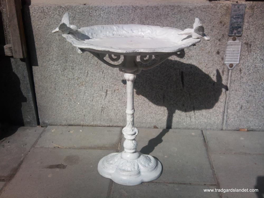 Fågelbad i gjutjärn, antikvit med fåglar En webshop från WebshopOnline se